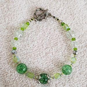 Jewelry - Pretty green glass beaded bracelet